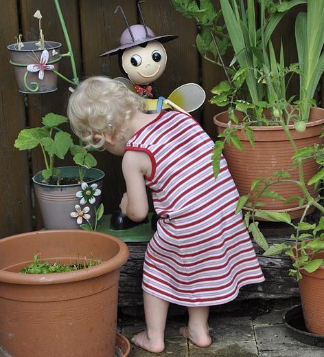 Kinder gießen gerne Pflanzen